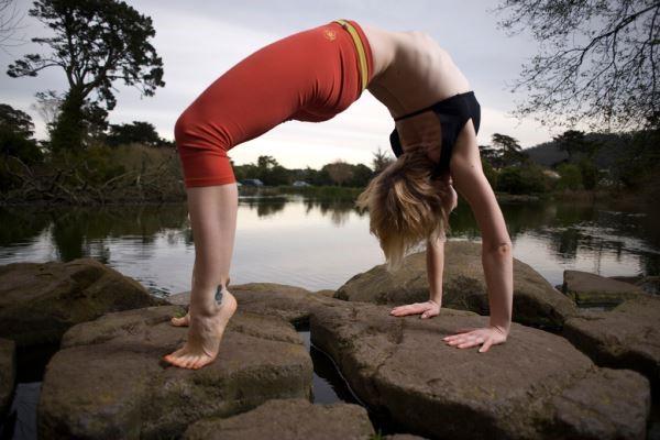 Йога позата мост е перфектна поза за отваряне на бедрената става, укрепване на гърба, отваряне на гръдния кош и подобряване на гъвкавостта на гръбначния стълб и стимулиране на щитовидната жлеза