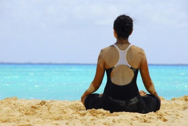 Easy Pose отваря бедрата, успокоява, облекчава менструалните болки при жените и намалява тревожността
