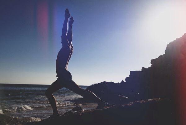Войн I укрепва мускулите на коленете и краката, разтяга рамената и гръбначния стълб и подобрява концентрацията.