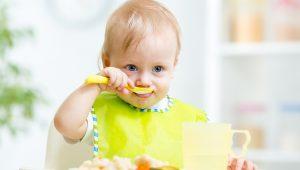 Бебе похапва кисело мляко